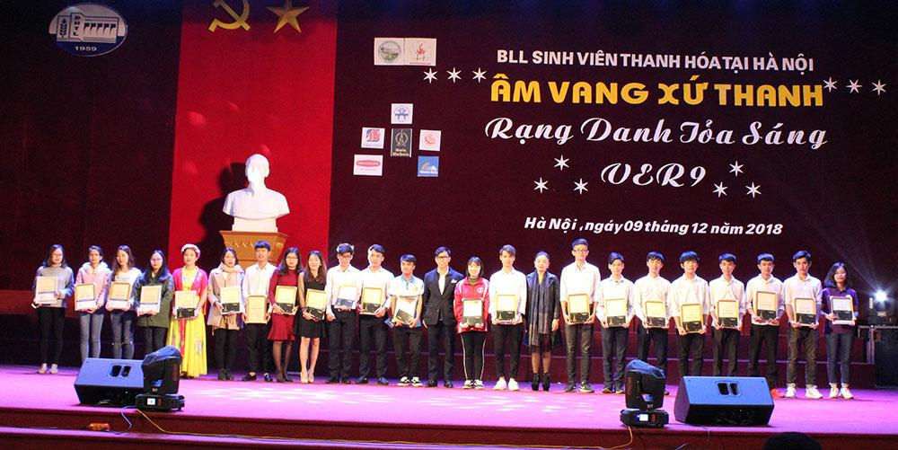 Ông Nguyễn Minh Hoàng - Đại diện Công ty Dược Phẩm Tâm Bình trao học bổng cho sinh viên xuất sắc