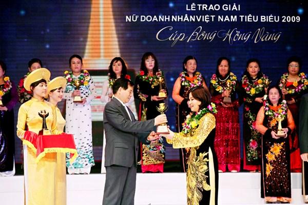 Dược Sĩ Lê Thị Bình Nhận Giải Thưởng Bông Hồng Vàng