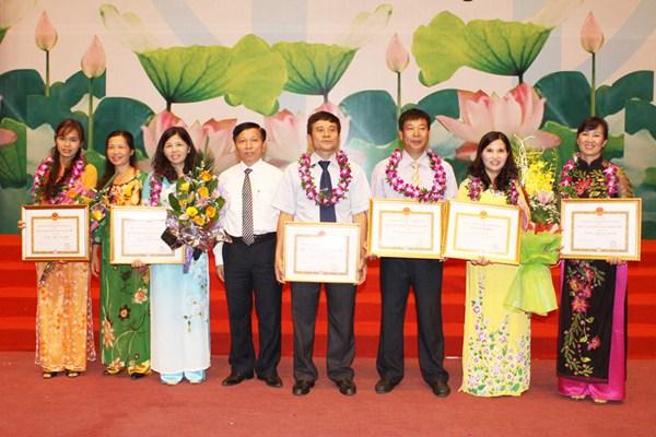 Dược sĩ Lê Thị Bình tham dự Hội nghị biểu dương Doanh nghiệp – Doanh nhân tiêu biểu Thủ đô 2014