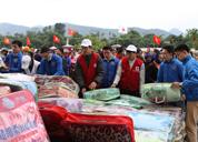 Tặng quà Tết cho đồng bào người Mông, huyện Mù Cang Chải, Yên Bái