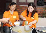 Công ty Dược phẩm Tâm Bình tặng cháo cho bệnh nhân Bệnh viện Việt Đức
