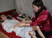 Dược sĩ Lê Thị Bình chữa bệnh miễn phí cho bệnh nhân nghèo bị liệt