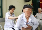 Khám và tư vấn sức khỏe miễn phí tại Hội người cao tuổi phường Trung Phụng