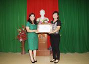 Dược sĩ Lê Thị Bình tặng máy chiếu cho trường THCS Cù Chính Lan, TP. Thanh Hóa