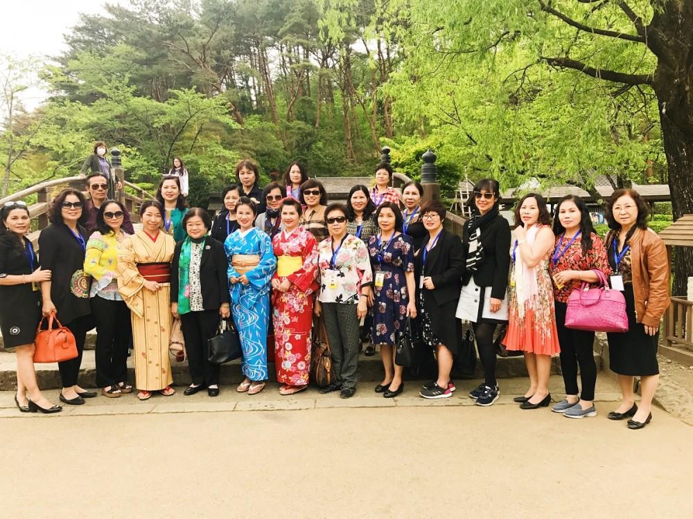 Dược sĩ Lê Thị Bình giao lưu với các nữ doanh nhân tham dự Hội nghị
