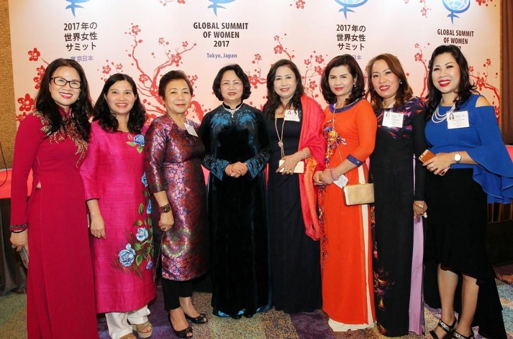 Phó Chủ tịch nước Đặng Thị Ngọc Thịnh chụp ảnh cùng các nữ doanh nhân
