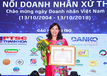 Tổng Giám đốc Lê Thị Bình nhận bằng khen của Chủ tịch Ủy ban Nhân dân và Hội Chữ thập đỏ tỉnh Thanh Hóa