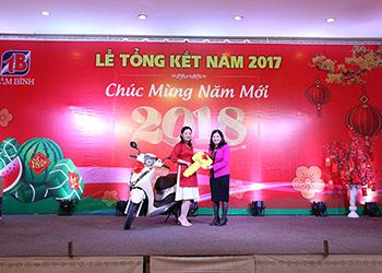 Trịnh Thị Hà - Nhân viên xuất sắc năm được tặng xe máy nhân dịp Tổng kết cuối năm 2017