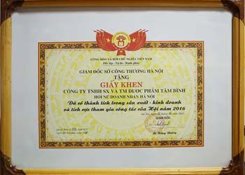 Tổng giám đốc Lê Thị Bình và Dược Phẩm Tâm Bình nhận giấy khen của sở Công Thương TP Hà Nội