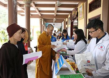 Dược phẩm Tâm Bình tham gia khám bệnh và phát thuốc miễn phí tại Thiền Viện Sùng Phúc