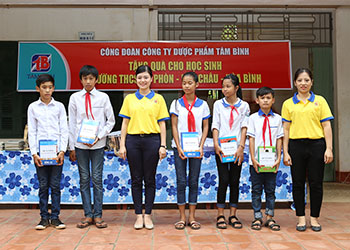 Công đoàn Công ty Dược phẩm Tâm Bình tặng quà cho học sinh Trường THCS Nà Phòn, Mai Châu, Hòa Bình