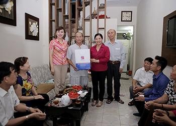 Dược phẩm Tâm Bình:  Tăng quà cho gia đình chính sách trên địa bàn phường Ngọc Khánh, Ba Đình, Hà Nội