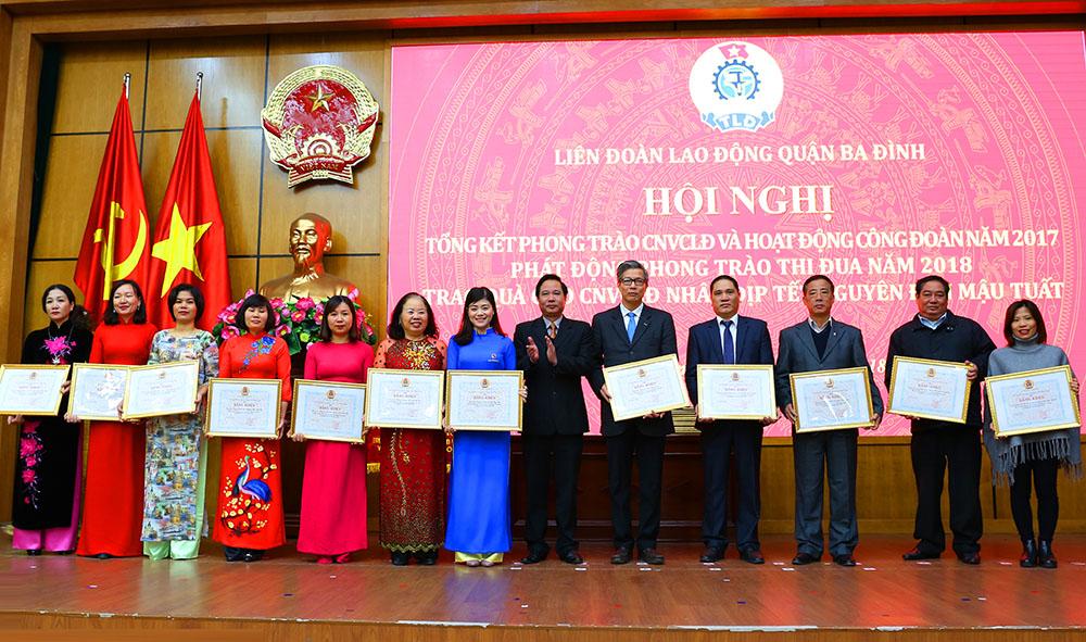 Đại diện Công ty Dược phẩm Tâm Bình nhận bằng khen Liên đoàn Lao động thành phố Hà Nội.