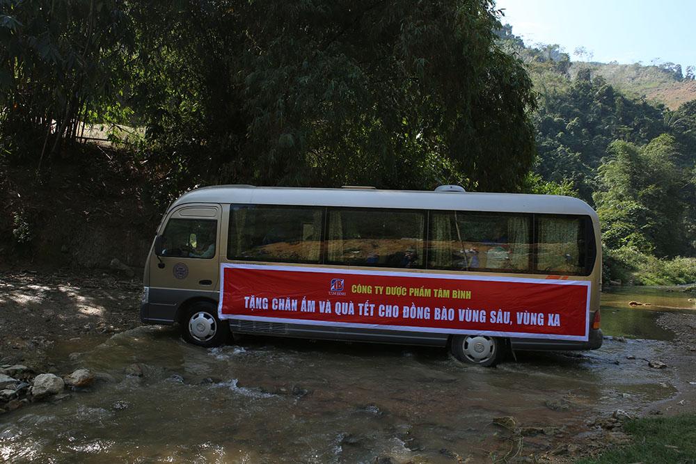 Đoàn xe công ty Dược phẩm Tâm Bình vượt khó khăn đến với bà con xã Hùng Lợi