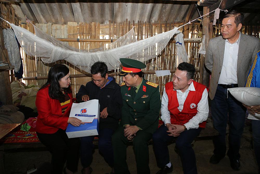 TGĐ Lê Thị Bình trao quà cho hộ gia đình nghèo xã Hùng Lợi