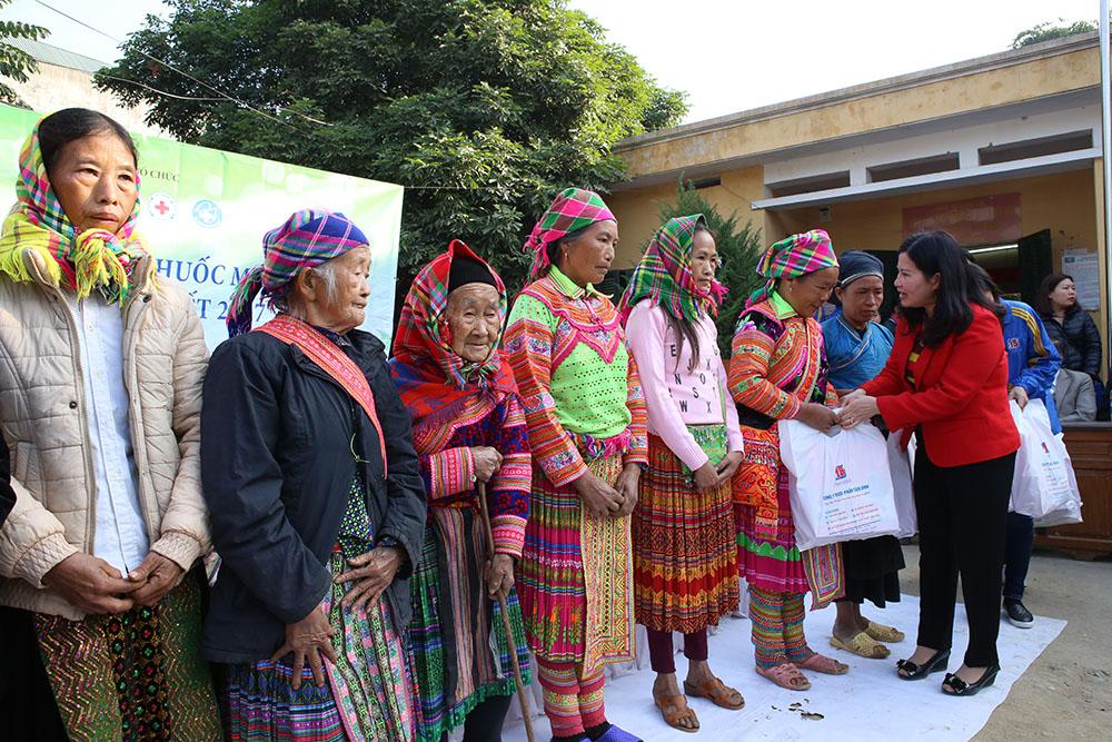 TGĐ Lê Thị Bình trao những phần quà cho các hộ nghèo