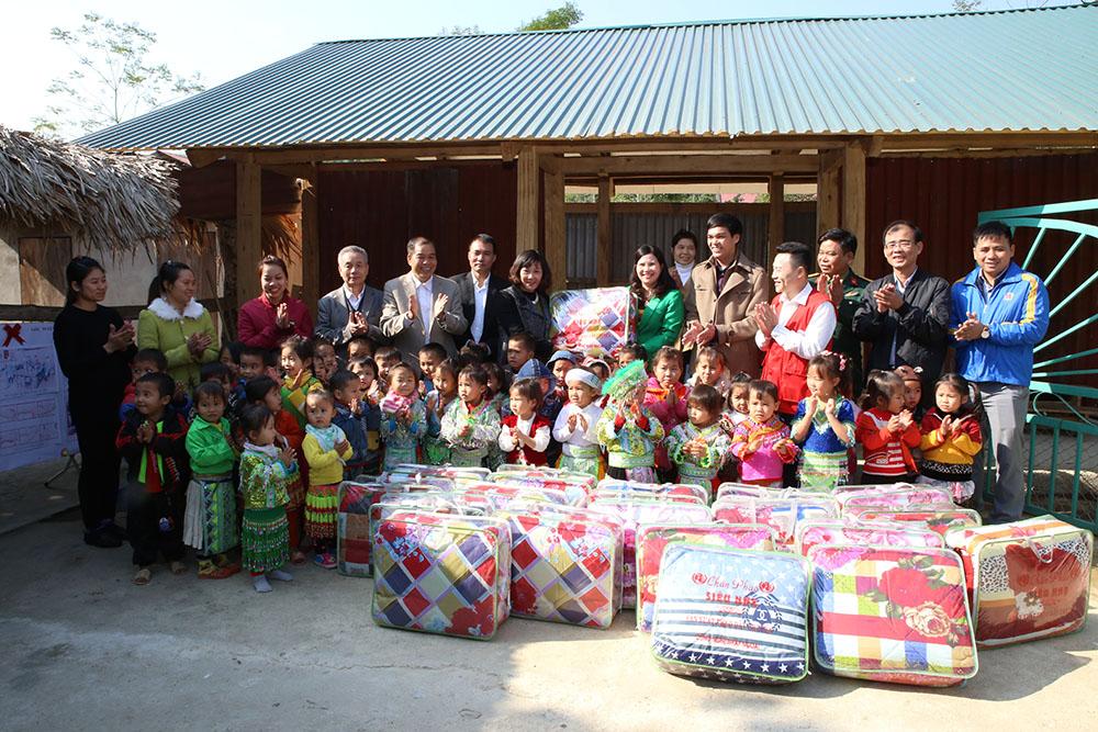 Dược phẩm Tâm Bình trao tặng các bé mầm non Hùng lợi những chiếc chăn ấm