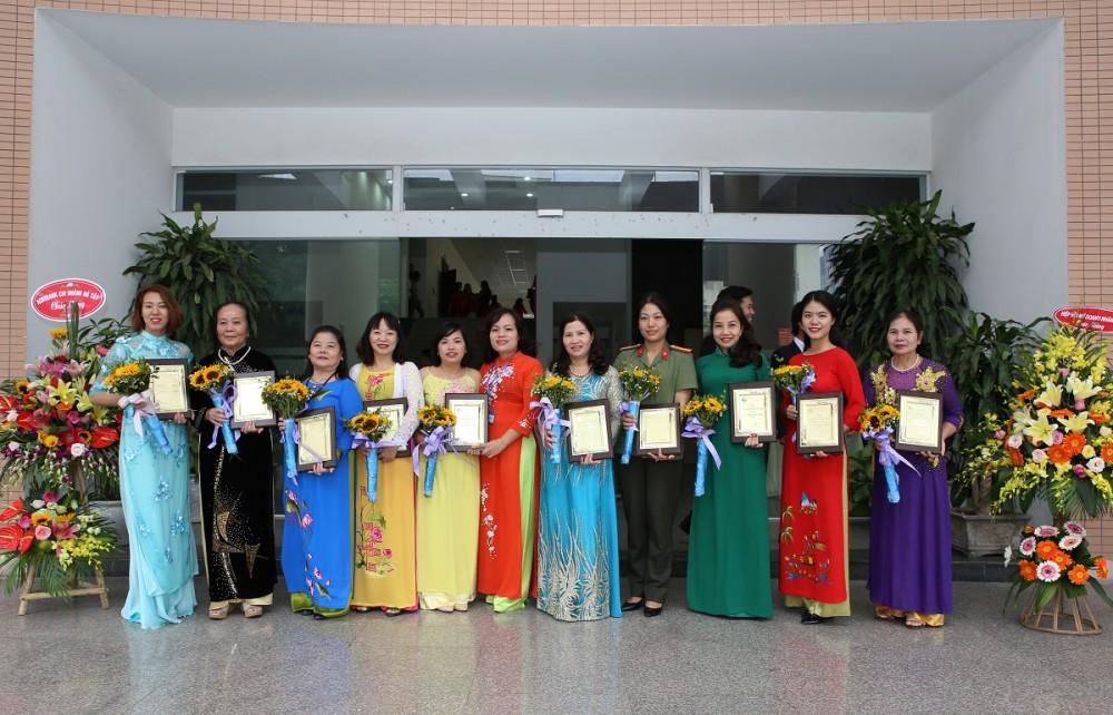 Dược sĩ Lê Thị Bình và top 10 Phụ nữ tiêu biểu thủ đô 2017