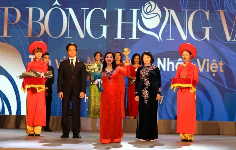 TGĐ Lê Bình vinh dự nâng cao chiếc cup Bông hồng vàng