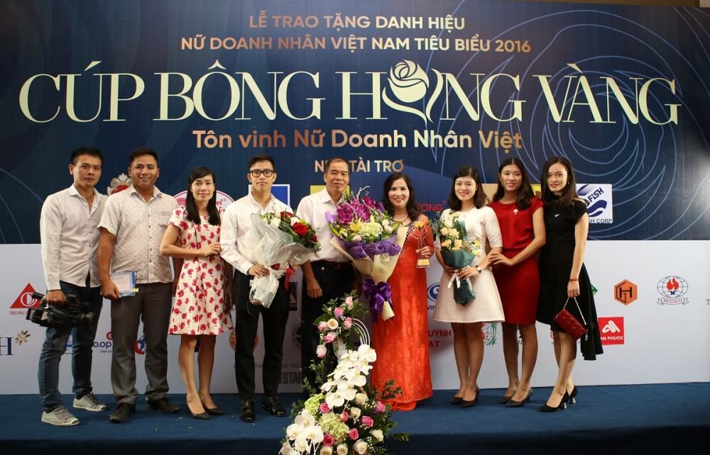 TGĐ Lê Bình chụp ảnh lưu niệm cùng gia đình và nhân viên