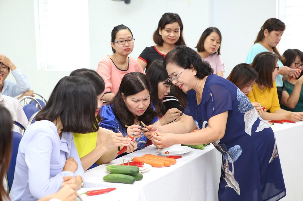 Cô Nguyễn Thị Loan hướng dẫn các chị em Tâm Bình tỉa hoa quả
