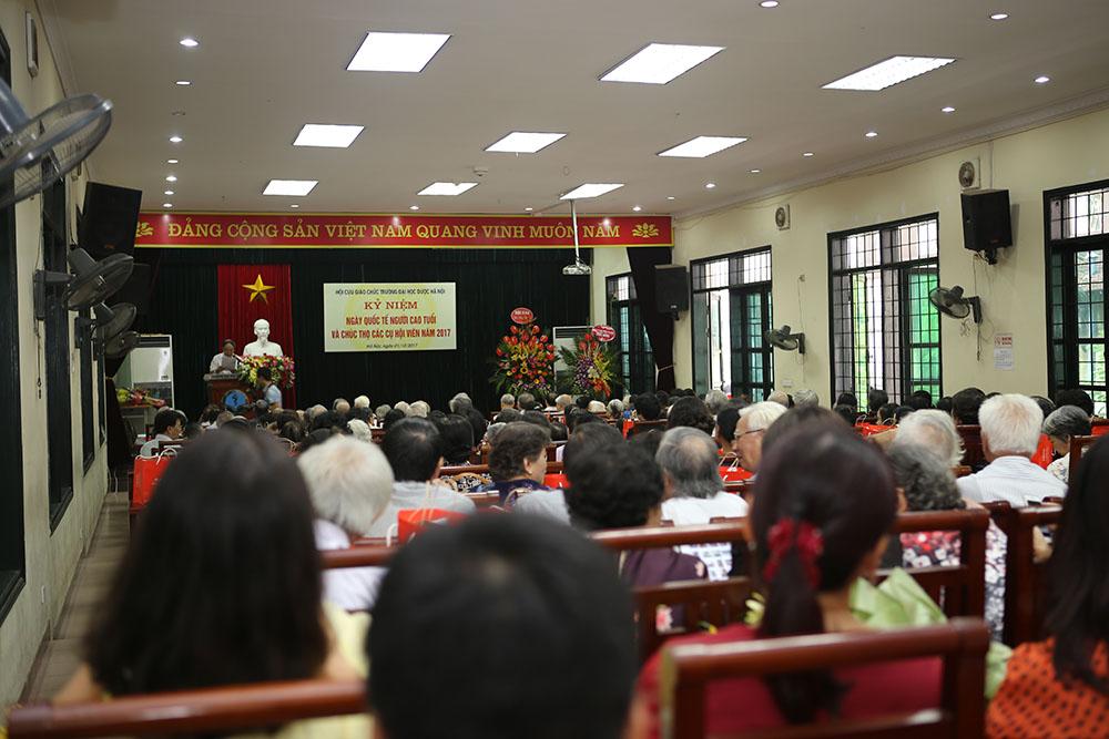 Thầy Phạm Thanh Kỳ, Nguyên Hiệu trưởng Trường Đại học Dược Hà Nội phát biểu khai mạc chương trình