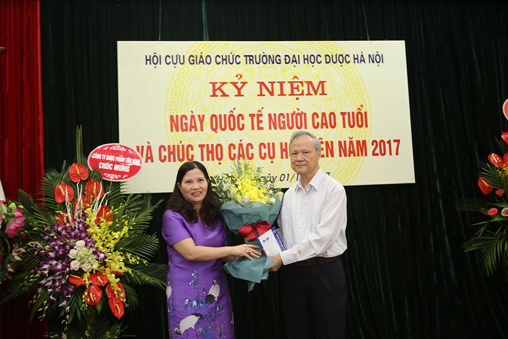 Chị Lê Thị Bình, TGĐ Dược phẩm Tâm Bình phát biểu tại chương trình