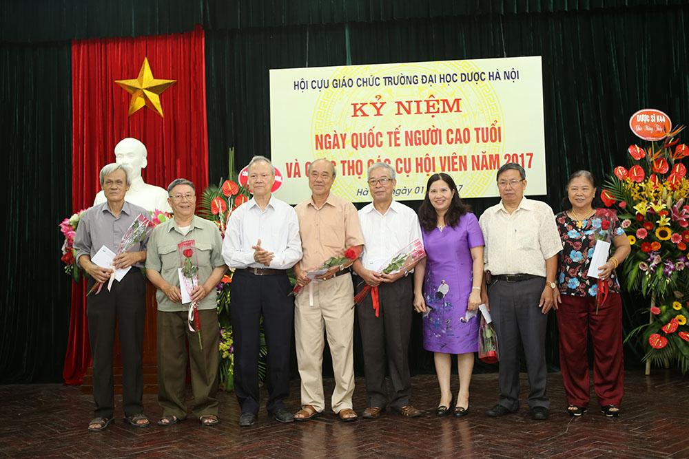 TGĐ Công ty Dược phẩm Tâm Bình tặng quà Hội Cựu giáo chức Đại học Dược Hà Nội