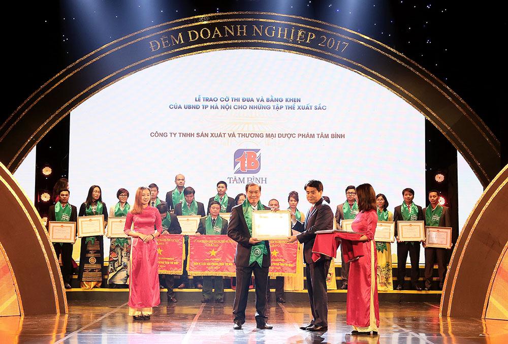 Phó Tổng giám đốc Nguyễn Thế Hùng, đại diện công ty Dược phẩm Tâm Bình nhận bằng khen của UBND TP