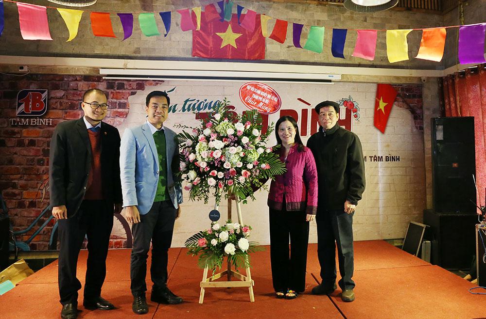 Ông Mạc Quốc Anh tặng hoa cho TGĐ Lê Thị Bình