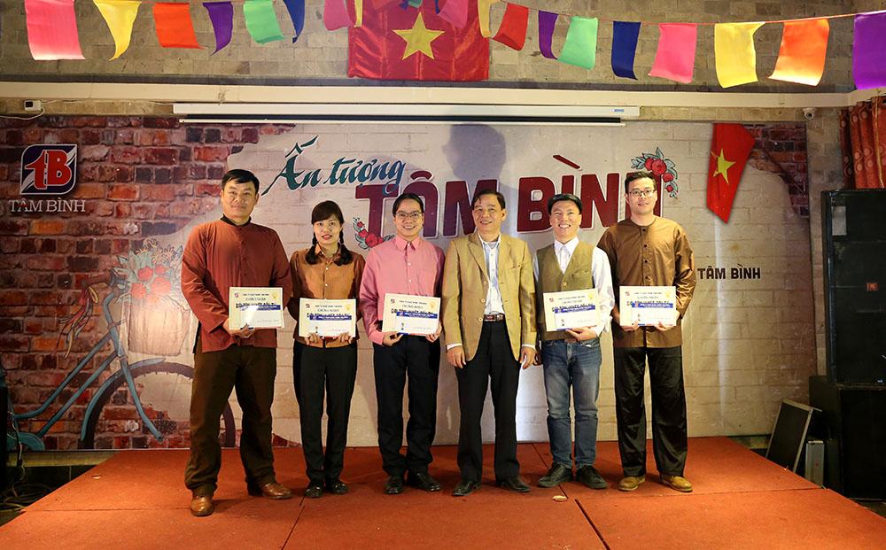 TGĐ Lê Thị Bình trao giải nhất cho nhân viên