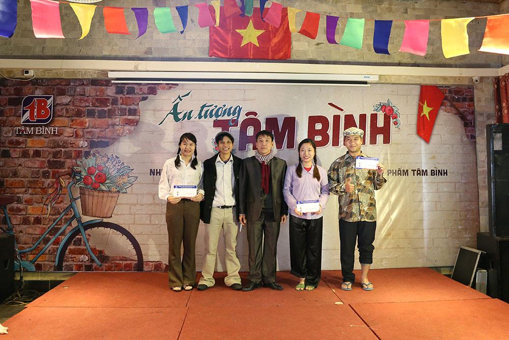 Phó giám đốc Nhà máy Vũ Chí Nguyễn trao giải cho 4 cá nhân có Trang phục Ấn tượng