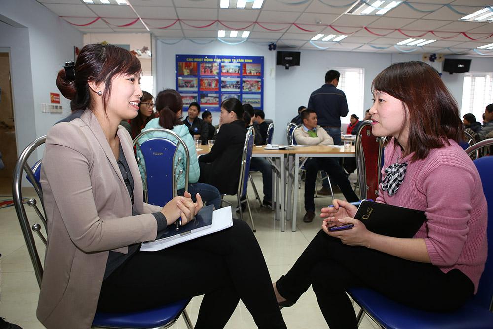 Chị Nguyễn Thị Nền - TP Hành Chính Nhân Sự thảo luận cùng thành viên trong nhóm