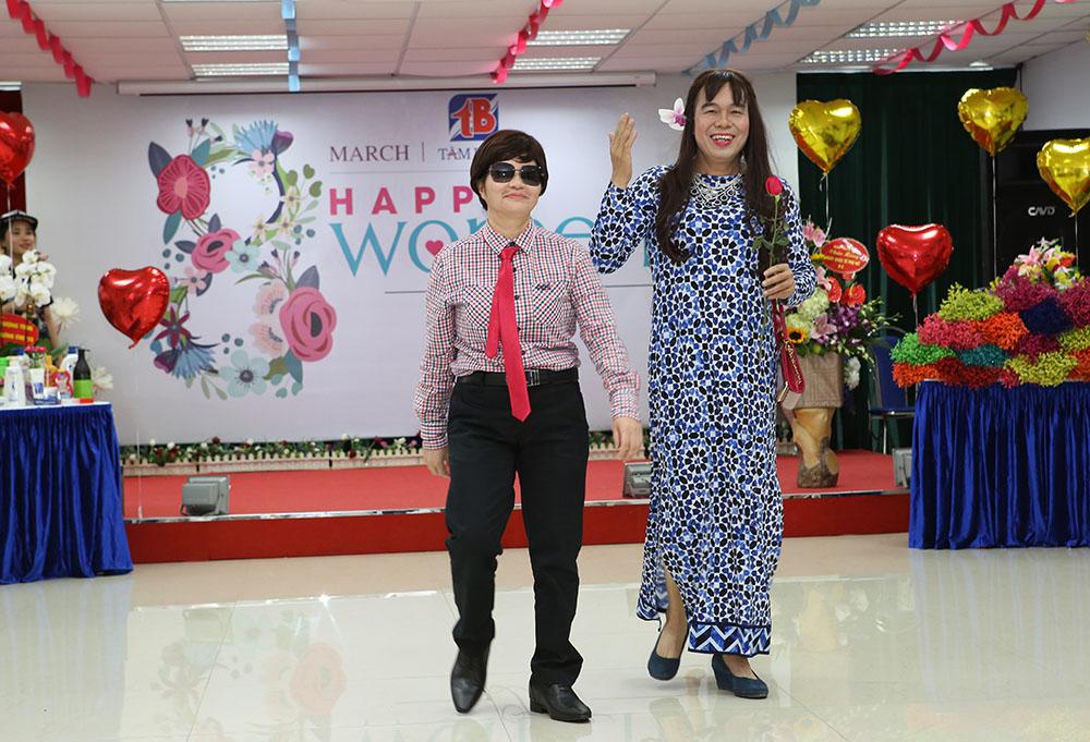 Màn trình diễn Catwalk của TGĐ Lê Thị Bình và P.TGĐ Nguyễn Thế Hùng