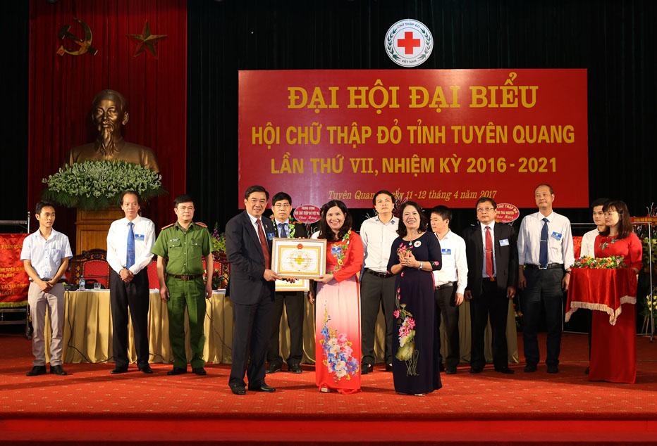 Tổng giám đốc Dược phẩm Lê Thị Bình - nhận bằng ghi nhận Tấm lòng vàng nhân đạo