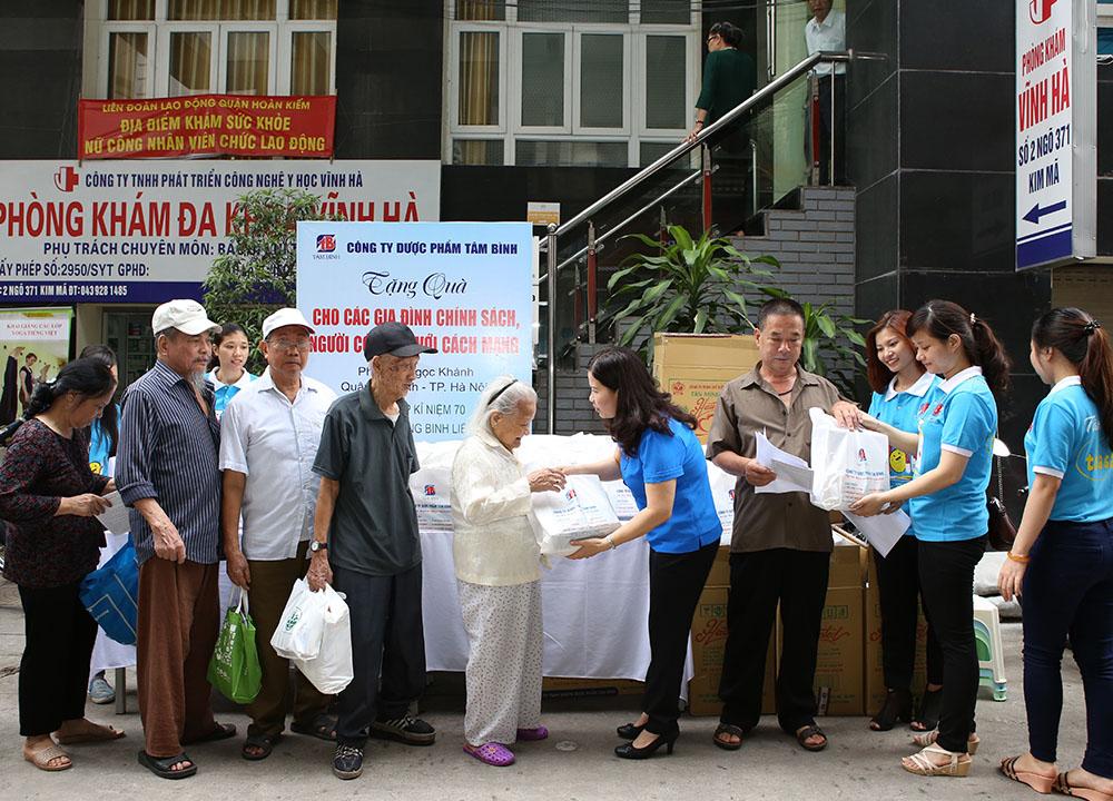 TGĐ Lê Thị Bình tận tay trao những món quà đến người có công với đất nước