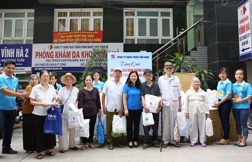 TGĐ Lê Thị Bình tặng quà cho các đối tượng là thương bệnh binh, gia đình chính sách, người có công với cách mạng trên địa bàn phường Ngọc Khánh