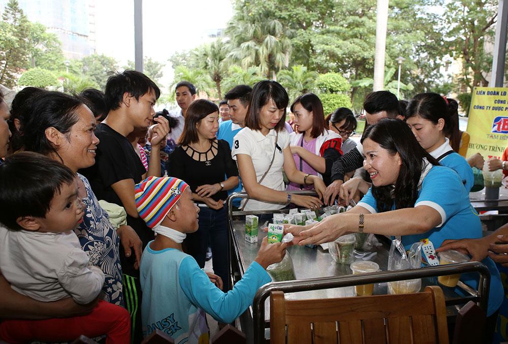 TGĐ Lê Thị Bình và CBNV Tâm Bình phát cháo thiện tâm cho các bệnh nhi tại Bệnh viện Nhi Trung ương