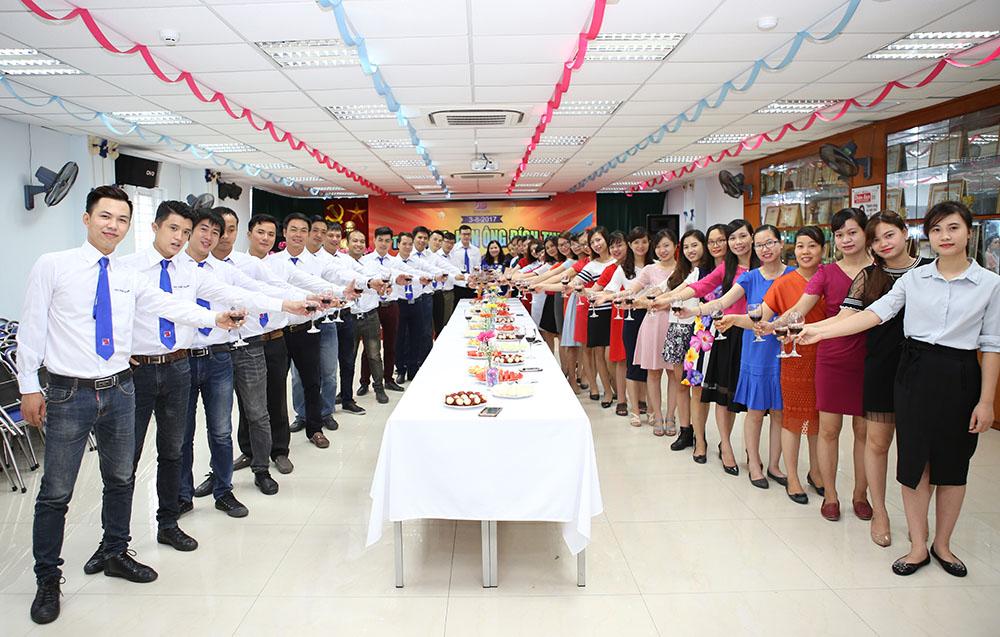 CBNV Tâm Bình nâng ly chúc mừng ngày Đàn ông Tâm Bình