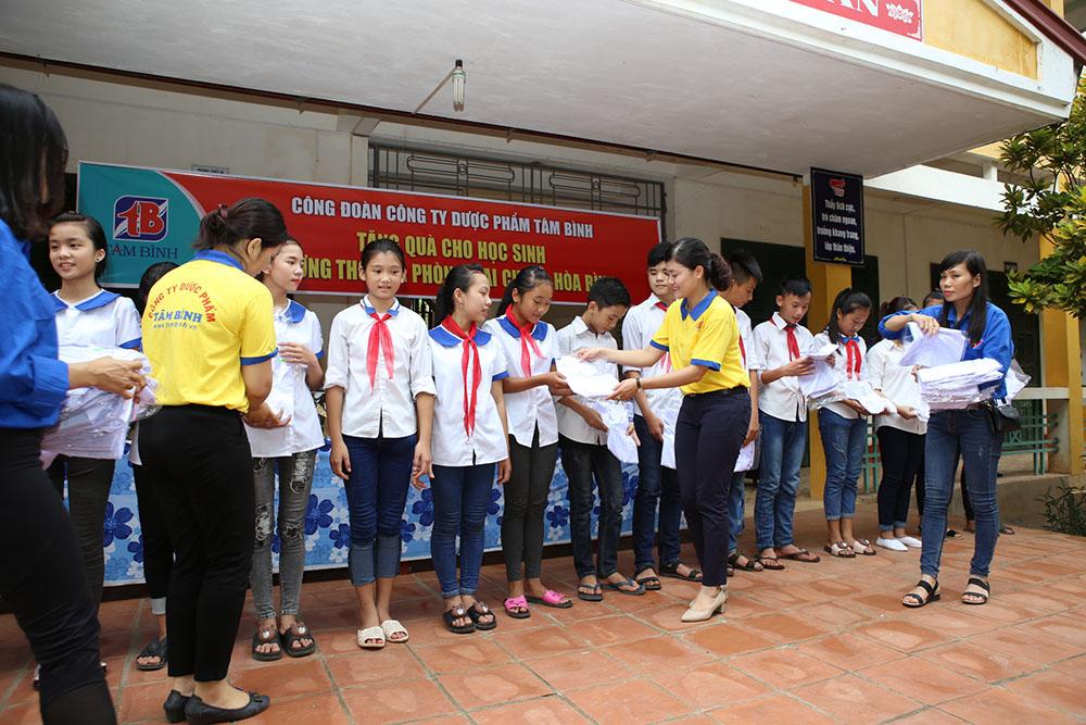 Đại diện Công đoàn Công ty Dược phẩm Tâm Bình tặng quà cho học sinh nghèo học giỏi