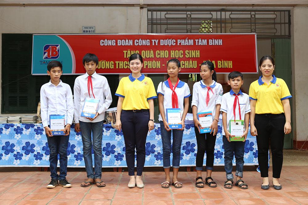 Đại diện Công đoàn Công ty Dược phẩm Tâm Bình tặng áo cho các em học sinh
