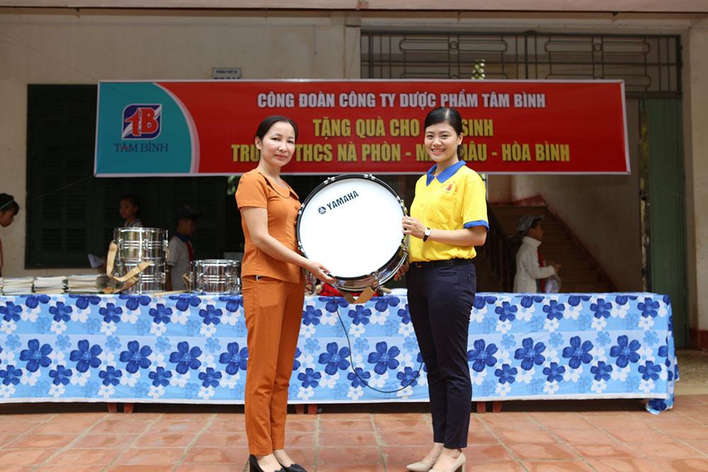 Cô Hà Thị Thủy, Hiệu trưởng Trường THCS Nà Phòn, nhận bộ trống đội mới
