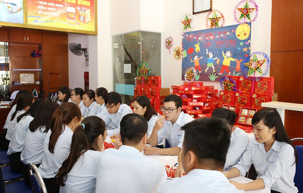 CBNV Tâm Bình cùng nhau thưởng thức bánh trung thu thơm dẻo