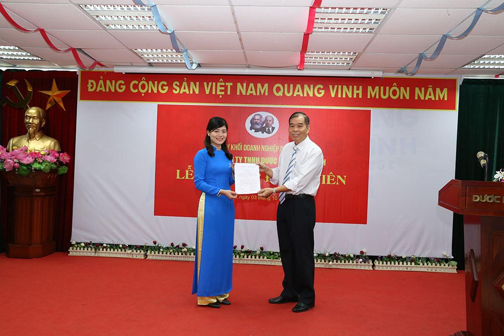 Đồng chí Nguyễn Thế Hùng, Bí thư Chi bộ Công ty TNHH Dược Phẩm Tâm Bình trao quyết định kết nạp đảng viên cho quần chúng Hoàng Phương