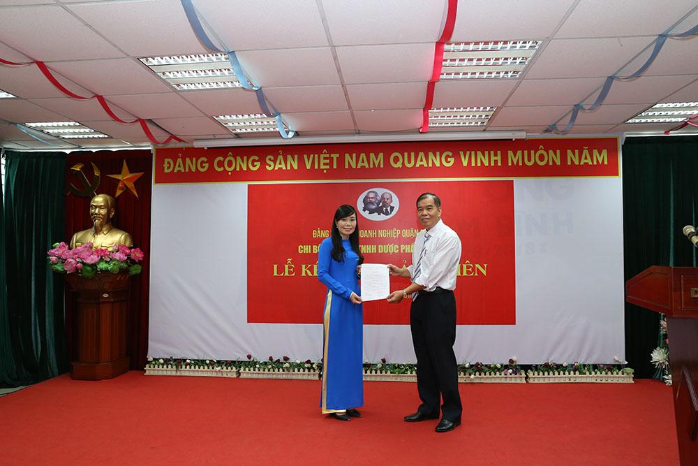 Đồng chí Nguyễn Thế Hùng, Bí thư Chi bộ Công ty TNHH Dược Phẩm Tâm Bình trao quyết định kết nạp đảng viên cho quần chúng Nguyễn Thị Như Tuyết