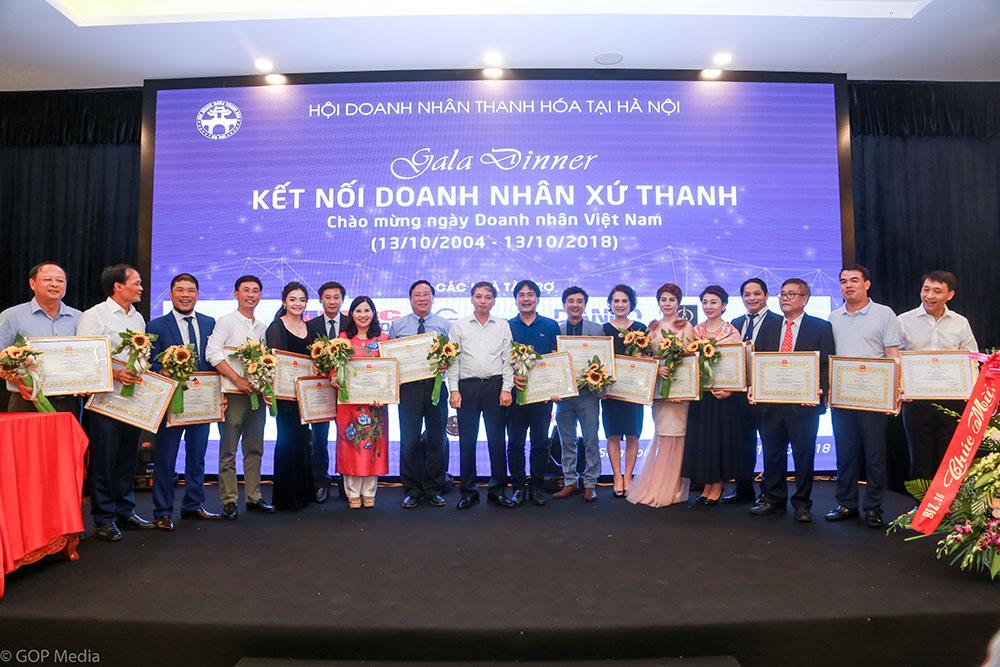 Tổng Giám đốc Lê Thị Bình cùng các doanh nhân được vinh danh tại Gala kết nối Doanh nhân xứ Thanh