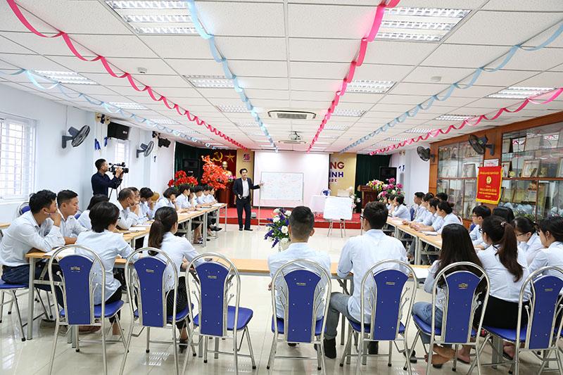 Diễn giả Lê Trung Hiếu cùng toàn thể cán bộ, nhân viên Công ty Dược phẩm Tâm Bình thảo luận về cách xây dựng bản đồ thành công và hạnh phúc.