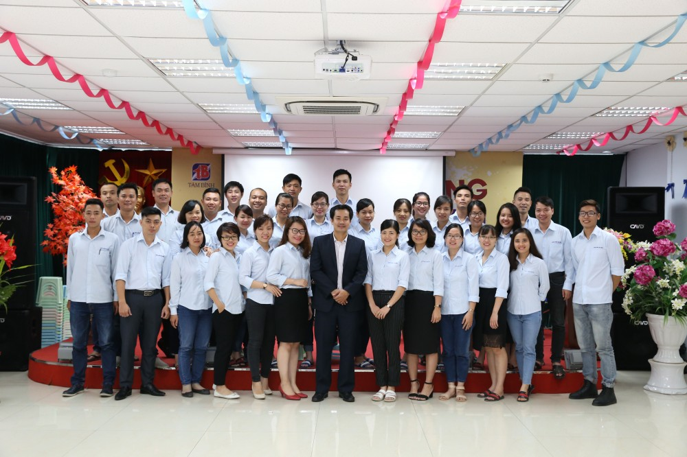 Cán bộ, nhân viên Công ty Dược phẩm Tâm Bình chụp ảnh lưu niệm sau buổi tập huấn.