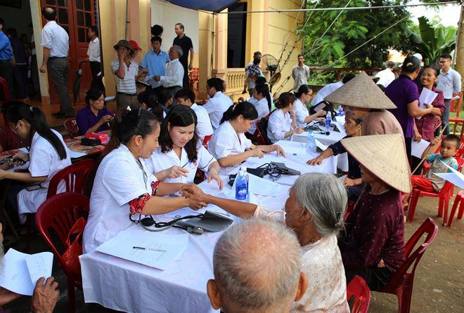 Dược sĩ Lê Thị Bình thăm khám và cấp phát thuốc cho người nghèo