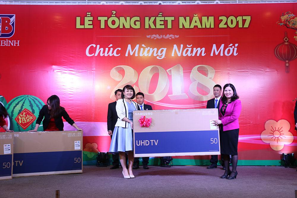 Chị Nguyễn Thị Nền, Trưởng phòng Hành chính – nhân sự nhận quà từ BLĐ Tâm Bình